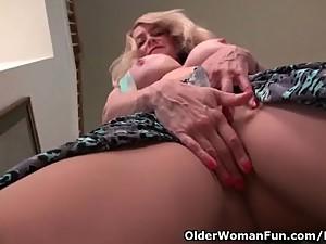 American milf Eva Griffin fingers her..